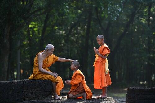 Buddhistische Schüler mit ihrem Lehrer