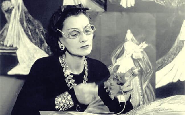 Coco Chanel beim Arbeiten