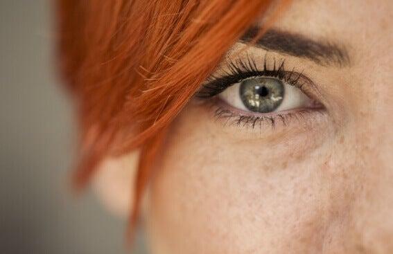 Wie wir die Gefühle eines anderen an seinen Augen ablesen können