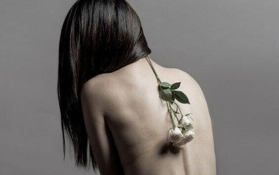 Frau mit Rosen auf dem Rücken