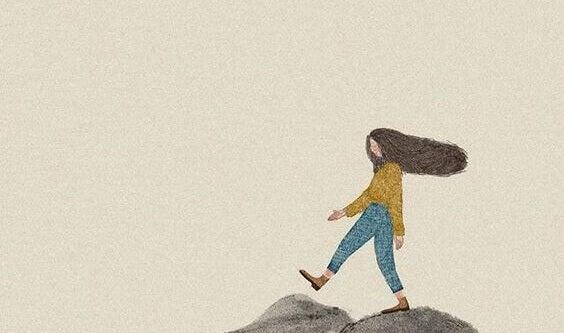 Frau geht über Stock und Stein