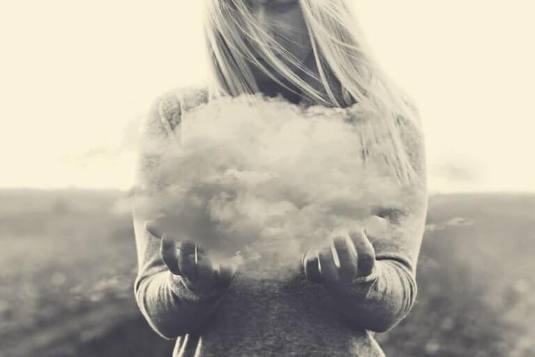 Frau hält eine Wolke