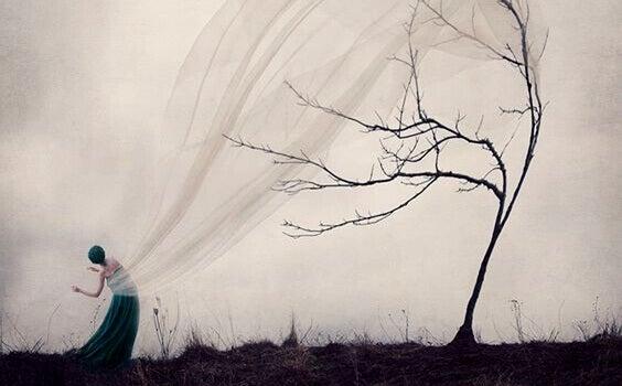 Frau bewegt sich im Wind