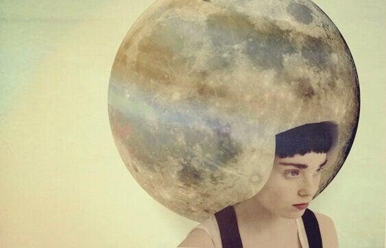 Frau mit Mond auf dem Kopf