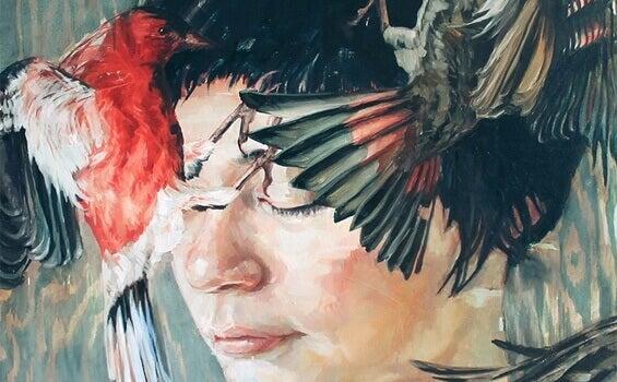 Frau mit zwei Vögeln an ihrem Gesicht
