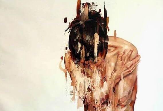 Frau krümmt sich vor Schmerzen.