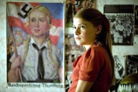 Gretel in ihrem Zimmer mit Nazi-Propaganda an den Wänden