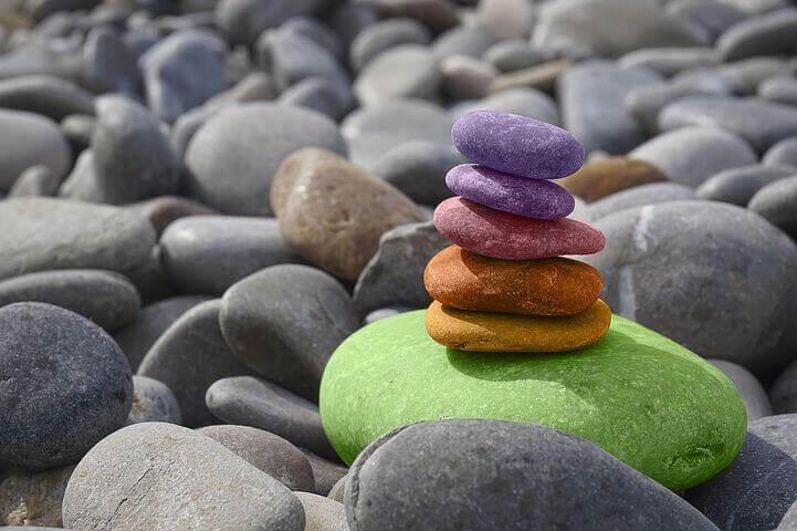 Bunte Steine, die aufeinander gestapelt sind