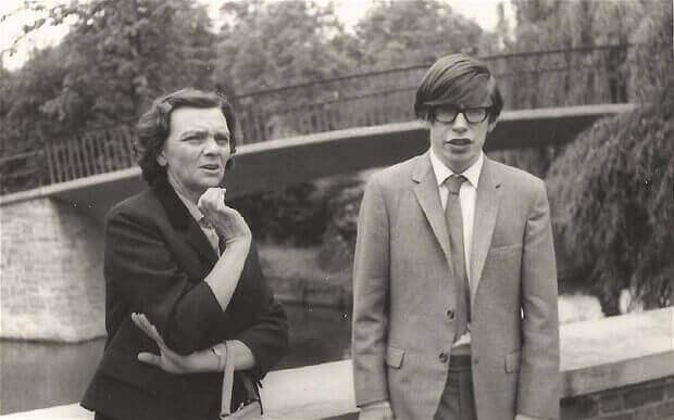Junger Stephen Hawking mit seiner Mutter