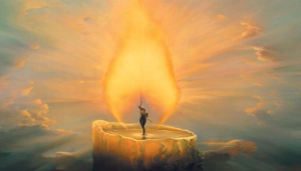Frau tanzt im Kerzenlicht