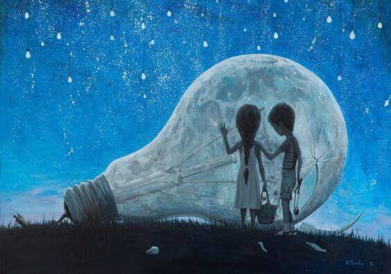 Kinder stehen vor einer riesigen Glühbirne, die offensichtlich vom Sternenhimmel herabgestürzt ist.
