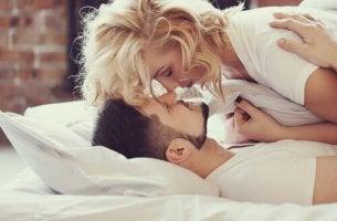 Paar tauscht Zärtlichkeiten im Bett aus