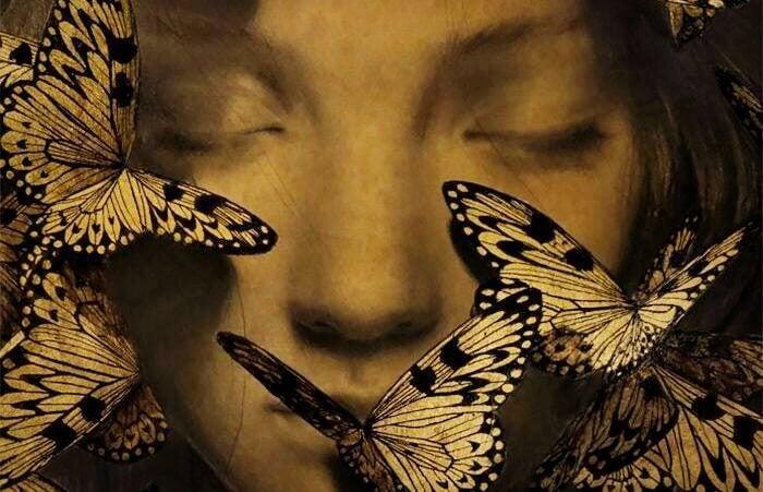 Mädchen mit geschlossenen Augen, umgeben von Schmetterlingen