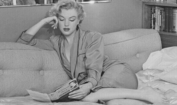 Marilyn Monroe beim Lesen auf der Couch