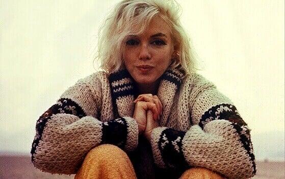 Marilyn Monroe mit warmer Strickjacke