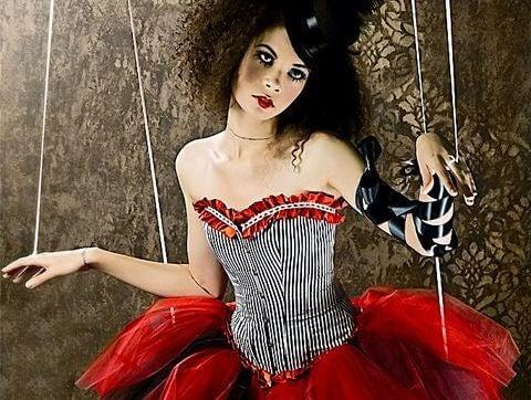 Frau als Marionette