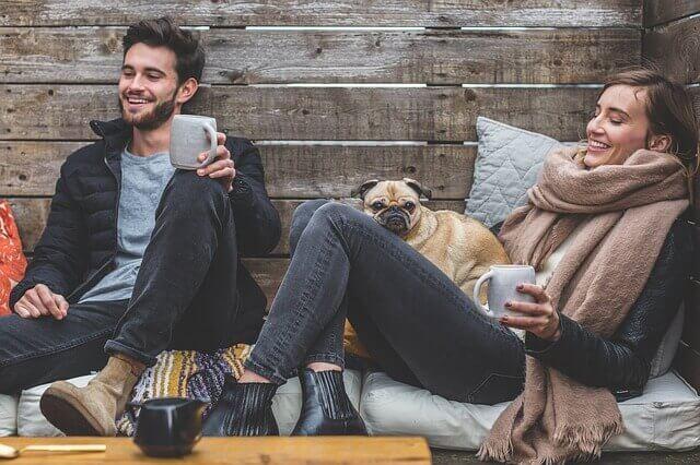 Paar mit Hund auf einer Couch