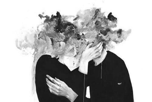 Paar umarmt sich. Beide Gesichter sind verwischt in Graustufen.