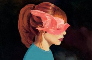 Feind im Inneren - rothaariges Mädchen mit roter Taube im Gesicht