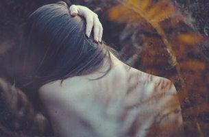 Physische Symptome bei emotionalen Problemen - Frau mit verspanntem Nacken
