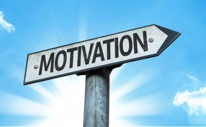 Ein Wegweiser trägt die Aufschrift Motivation.