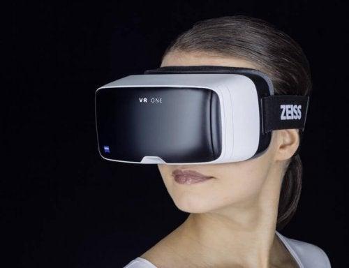 Frau mit Virtual-Reality-Brille