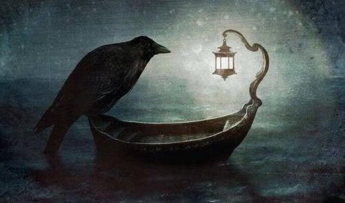 Schwarzer Rabe auf einer Gondel im Dunkeln