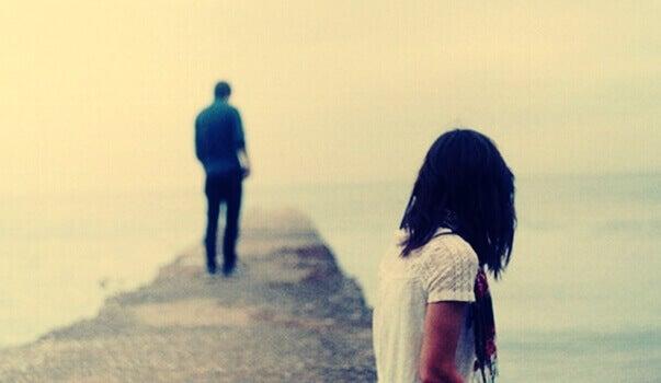 Frau und Mann entfernen sich voneinander