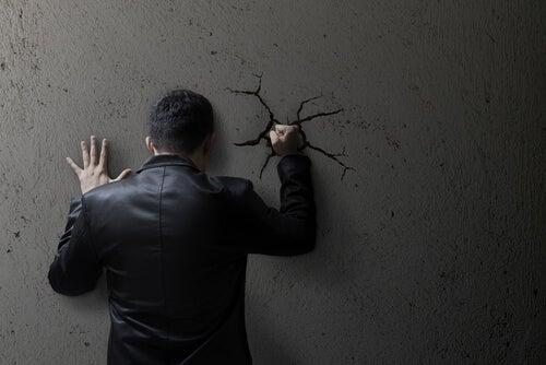 Mit dem Kopf durch die Wand