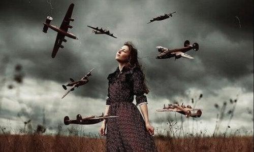 Frau, die von Flugzeugen umgeben ist