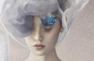 Geschichte der Verwandlung - ein blauer Schmetterling, der sich auf dem Gesicht einer Frau niedergelassen hat