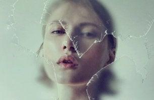 Negative Einstellung - Frau hinter zerbrochenem Glas