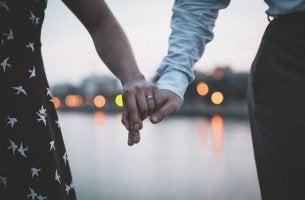 Die Vergangenheit ruhen lassen und den Neuanfang wagen? - Verlobtes Paar
