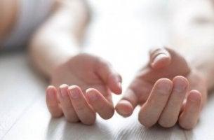 Freunde mit gewissen Vorzügen - Hände eines Paares, die sich berühren wollen