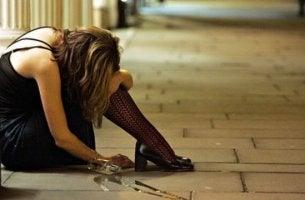 Wernicke-Korsakow-Syndrom - Betrunkene Frau auf der Straße