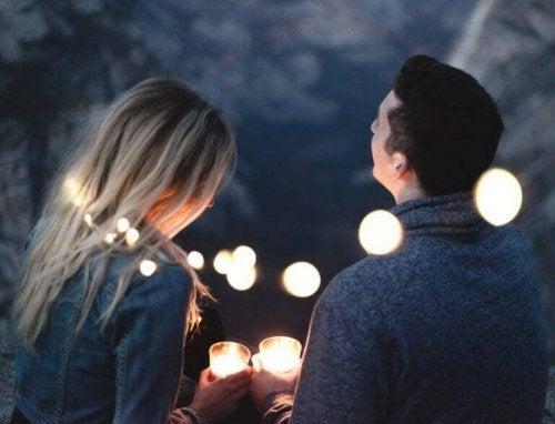 Paar, das von Lichterketten und Kerzen umgeben ist
