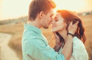 Liebe und Verliebtheit - sich küssendes Paar