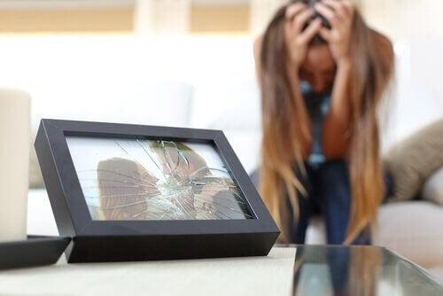 Zerstörtes Foto eines glücklichen Paares