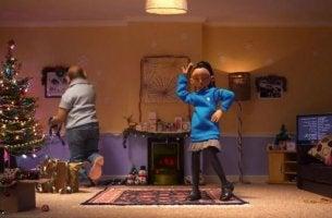 """Szene aus BBC Kurzfilm """"The Supporting Act"""" - Personen tanzen im Wohnzimmer."""