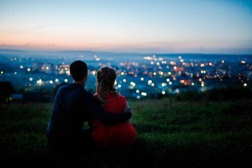 Paar, das auf eine Stadt blickt