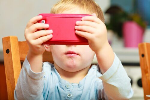 Kind mit einem Handy