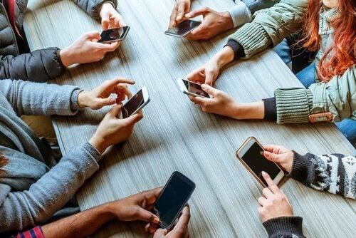 Phubbing - keine Kommunikation außer über Handys