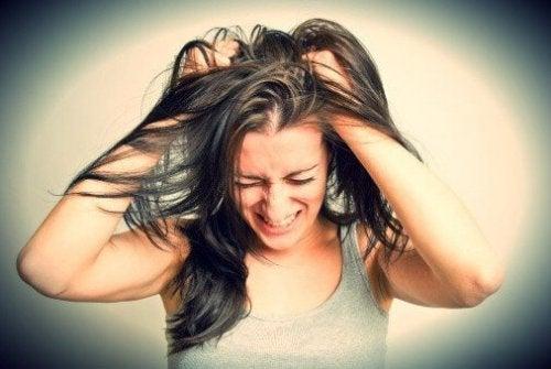 Frau, die sich ihre Haare rauft