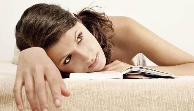 Frau mit Aufmerksamkeitsdefizit ist vom Lesen abgelenkt