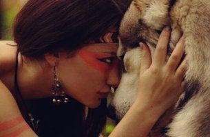 Psychologie der Willenskraft - Frau schaut einem Wolf in die Augen
