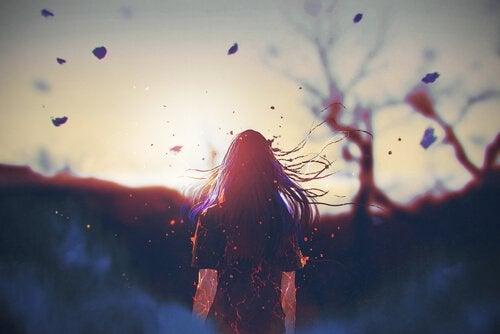 Frau mit wehendem Haar im Herbstwald