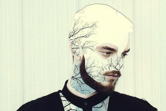 Mann mit Bart, in dessen Kopf Bäume gezeichnet sind
