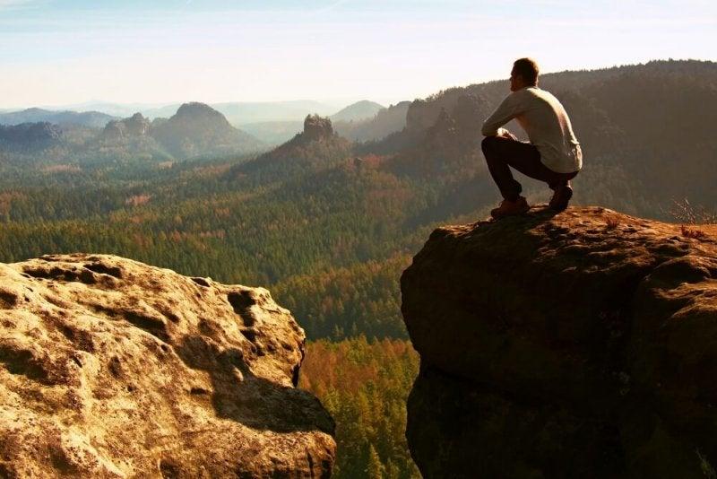 Mann in der Sächsischen Schweiz schaut zum Horizont