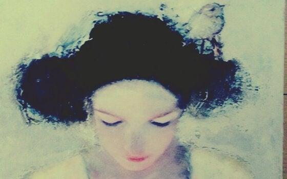 Traurige Frau mit Vogel im Haar