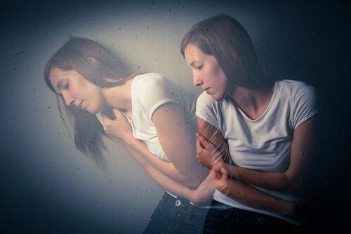 Ängstliche Frau umarmt sich selbst